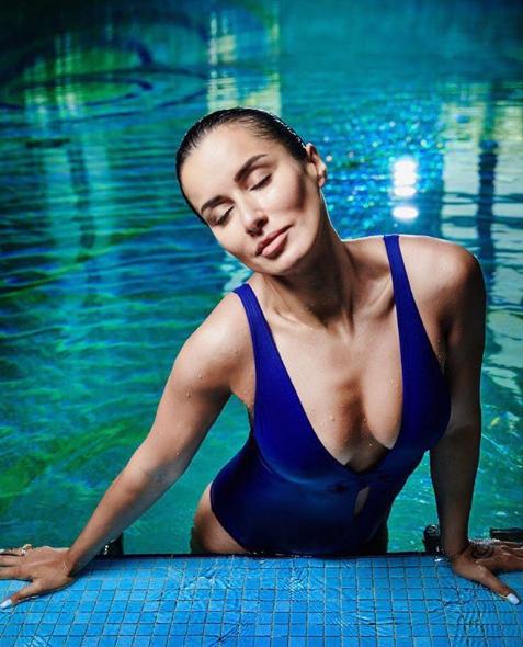 Тина Канделаки показала фото в купальнике с глубоким декольте