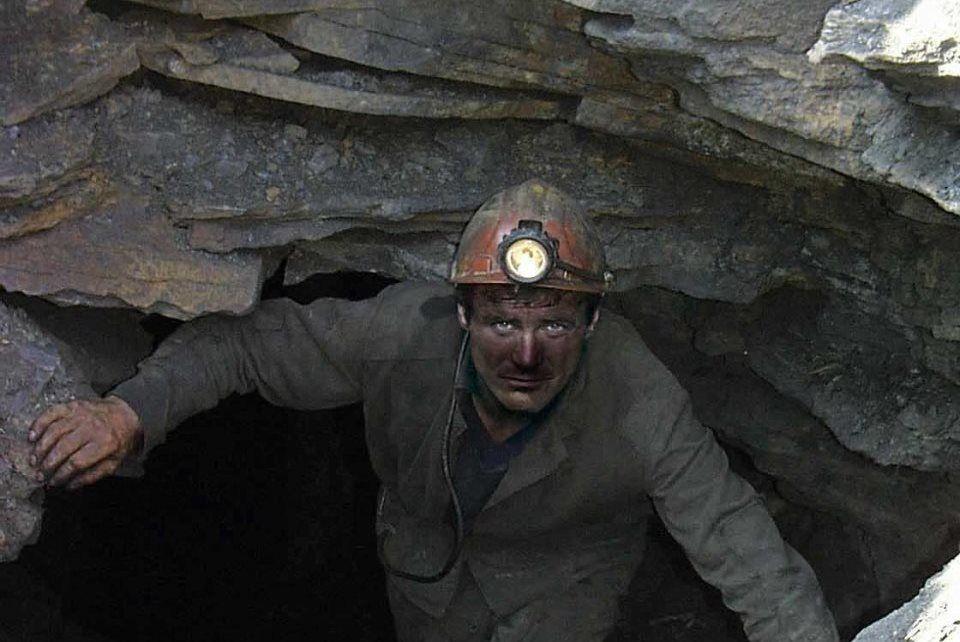 Из-за отсутствия электроэнергии клеть с шахтерами не могут поднять на поверхность