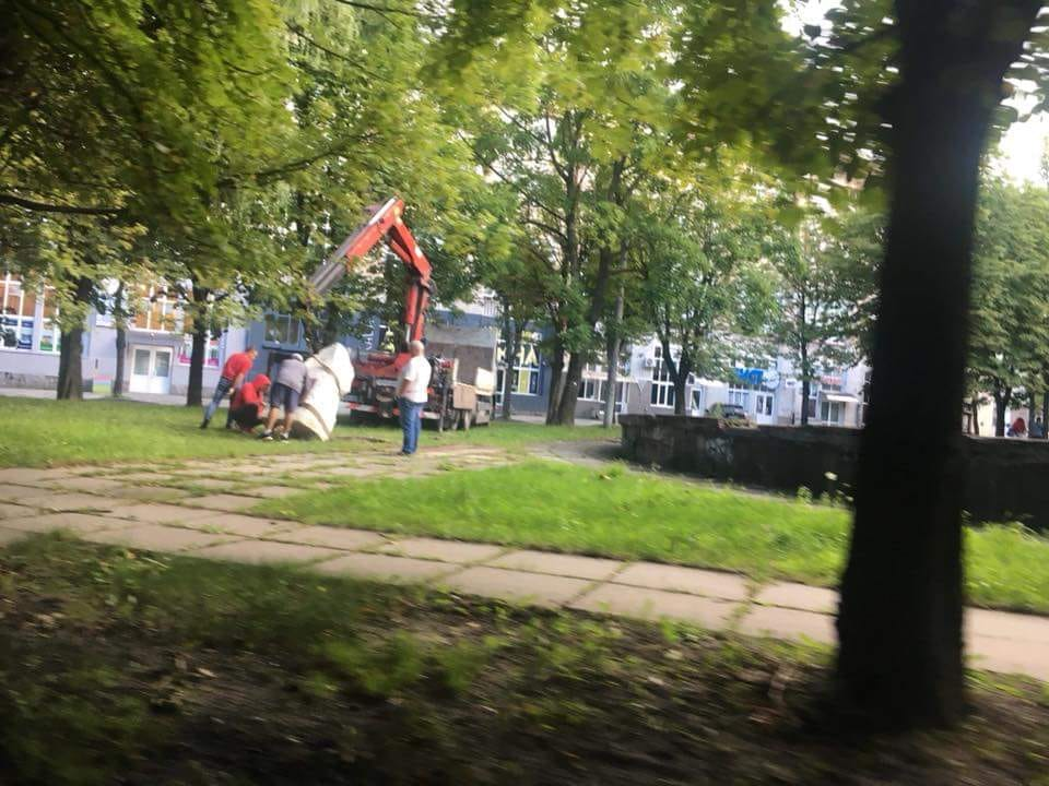 Памятник героям УПА пытаются унести Фото: Facebook/Игорь Мартынюк