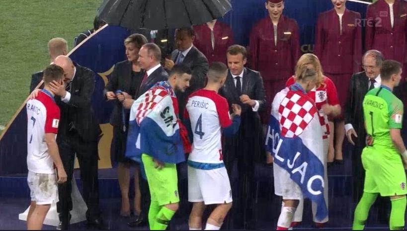 У Путина не догадались, что зонты нужно дать гостям мероприятия