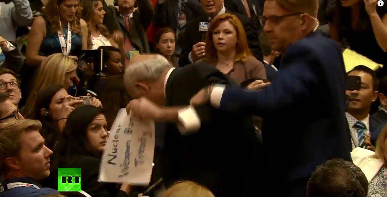 Репортера приняли за протестующего и немедленно удалили из зала