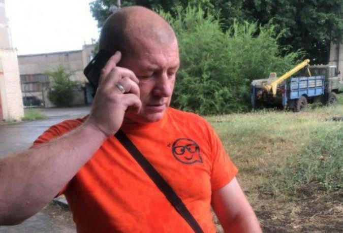 Мужчина обозвал журналистов хохлами и ударил
