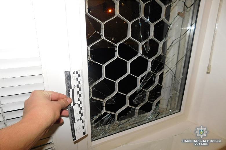 В Киеве из-за замечания мужчины в доме подожгли дверь и побили окна