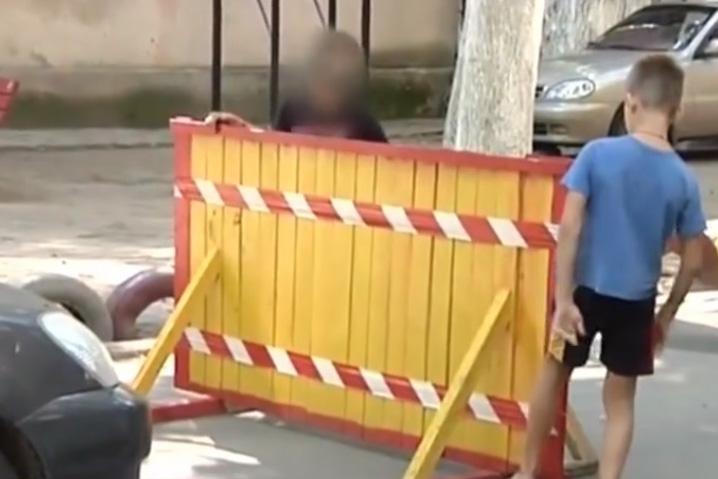 Дети заблокировали въезд во двор