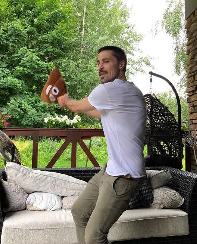 Дима Билан позировал с игрушкой в виде смайла