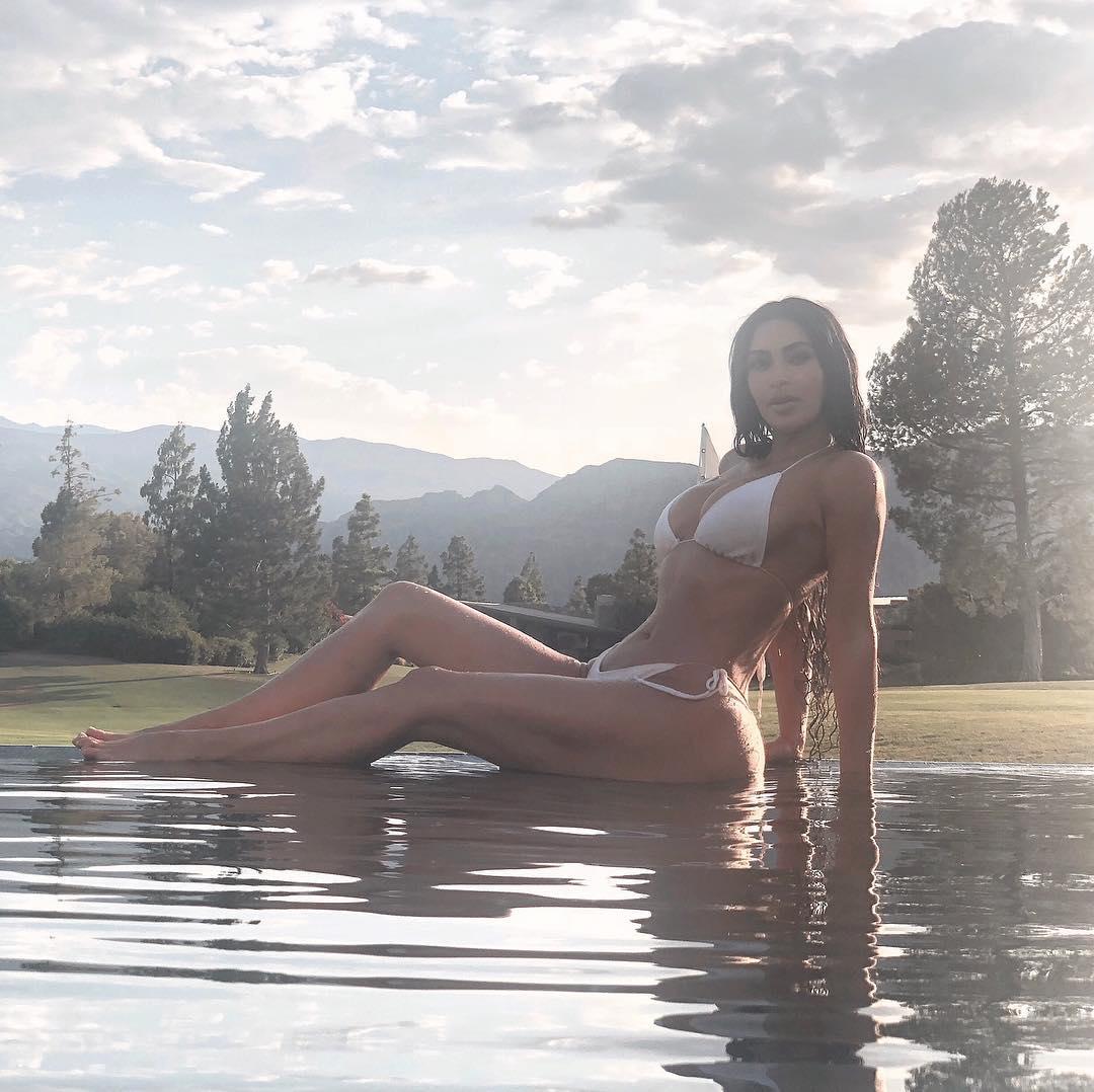 Ким Кардашьян похвасталась фигурой в купальнике