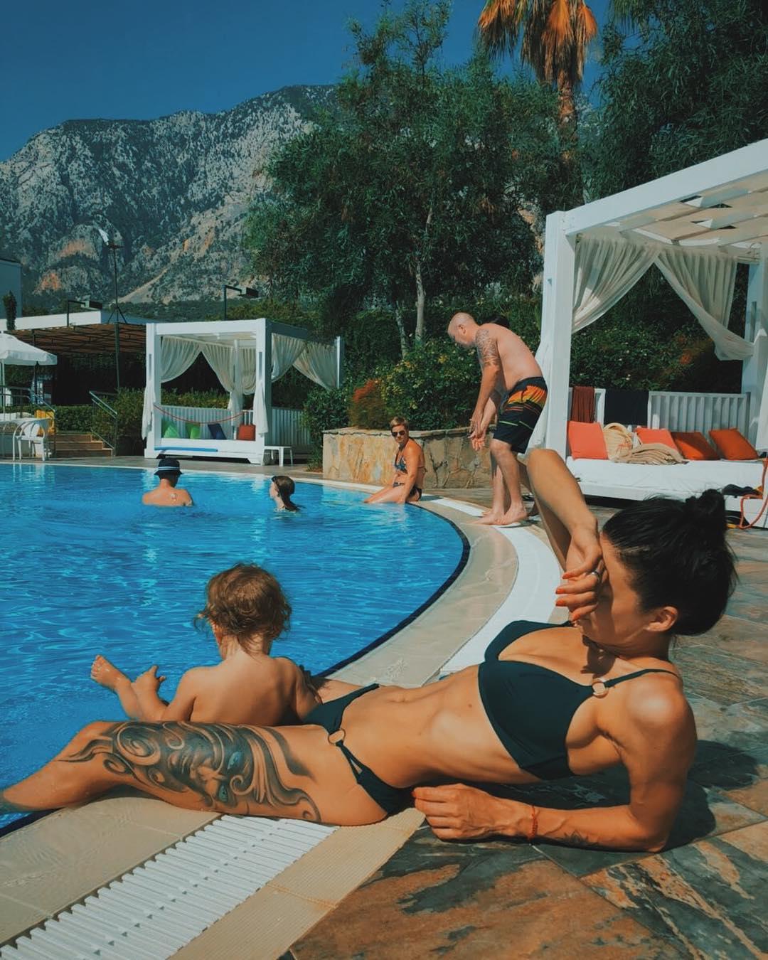 Полина Логунова покрасовалась фигурой в купальнике