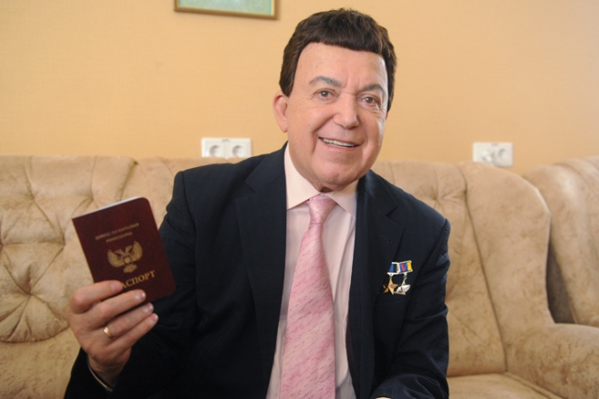 Иосиф Кобзон с паспортом ДНР