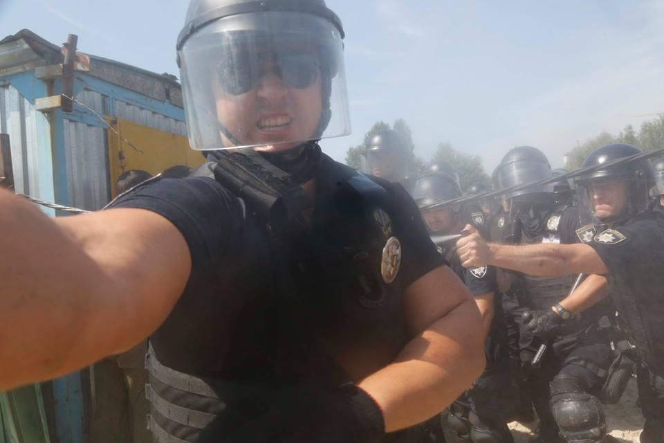 Коп атаковал журналиста, несмотря на выкрики