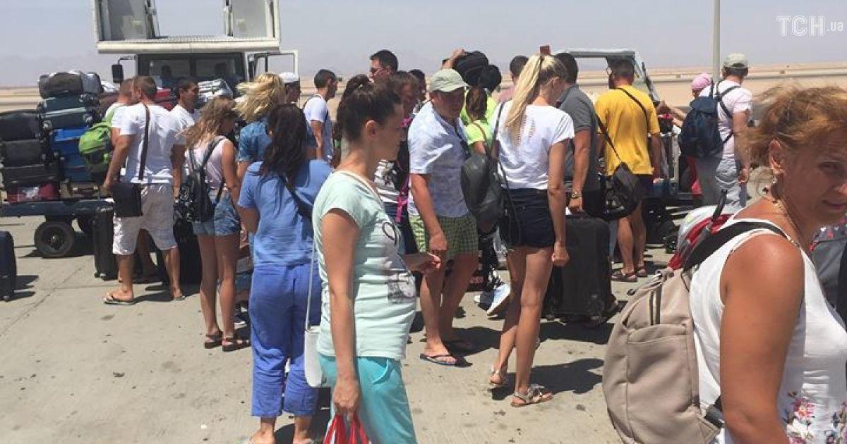 Украинские туристы после суток скитаний вернулись домой