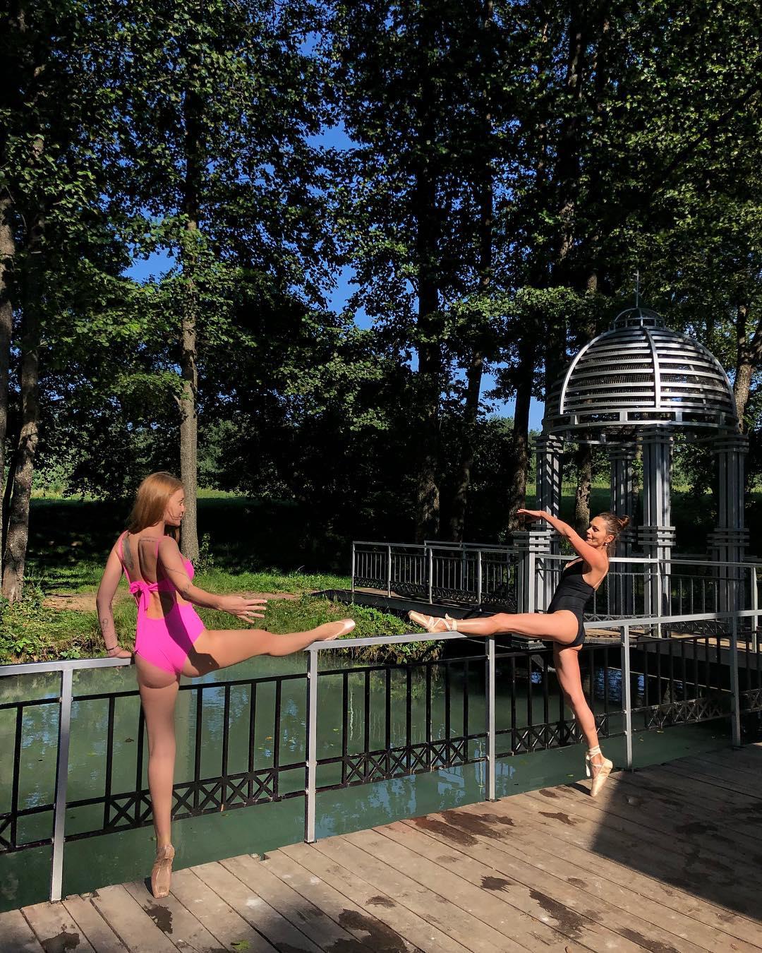 Слава Каминская покрасовалась в купальнике и пуантах на отдыхе