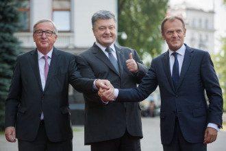 Жан-Клод Юнкер (слева), Петр Порошенко и Дональд Туск (справа) на саммите Украина-Ес в Киеве 2017 г.