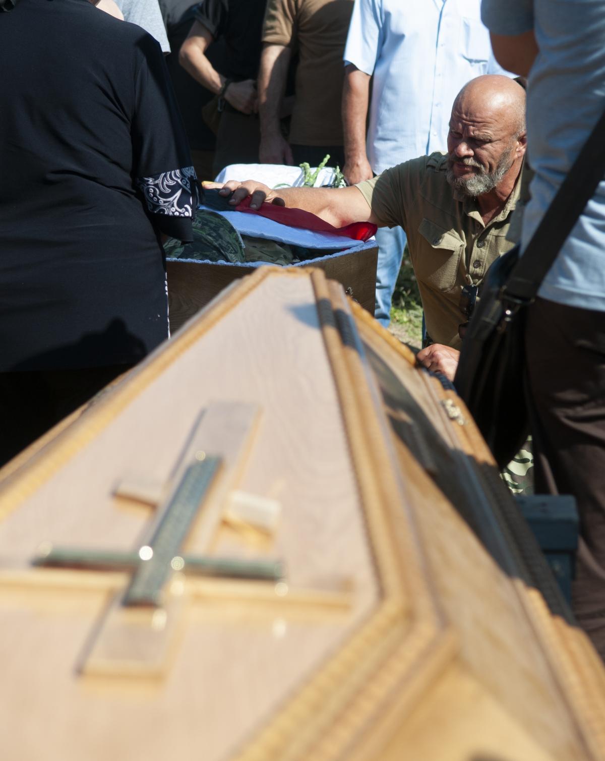 В Бердянске похоронили расстрелянного экс-бойца АТО Олешко-Сармата: фоторепортаж