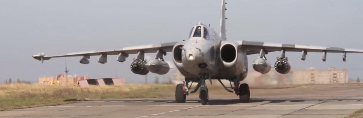 Заходящий на взлет боевой самолет