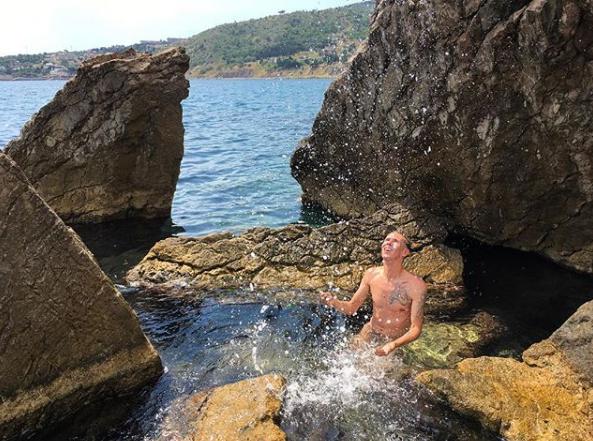 Алексея Панина в Крыму сфотографировали голым