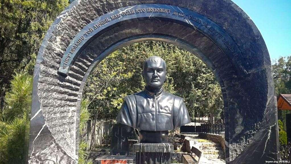 Януковичу-младшему установили шикарный памятник