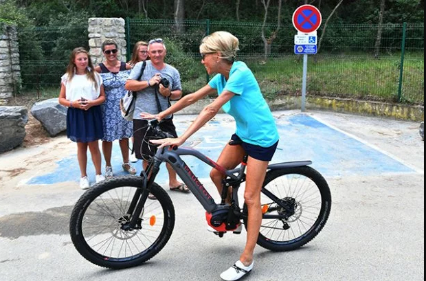 65-летняя жена Макрона показала стройные ноги на велосипедной прогулке: опубликованы фото и видео