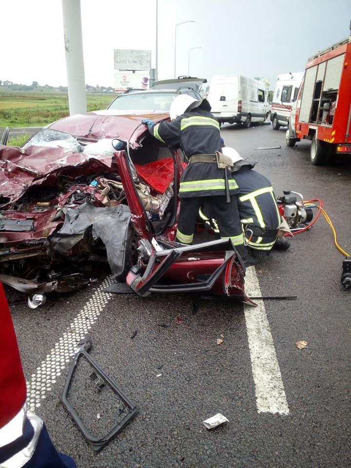 На Львовщине не разминулись три авто, погибли два человека