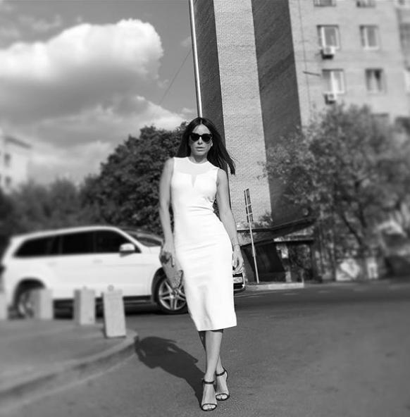 Ани Лорак показала черно-белое фото, на котором запечатлена в стильном платье