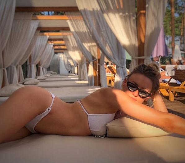 Леся Никитюк сфотографировалась в купальнике в соблазнительной позе
