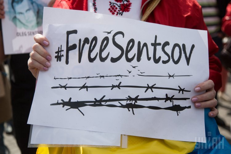 В Киеве у посольства РФ десятки людей собрались на акции в поддержку Олега Сенцова