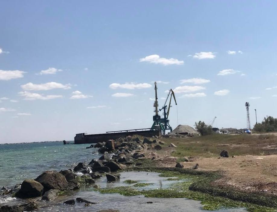 Блогер: в Крыму уничтожают Донузлав, из озера песок добывает судно под флагом РФ