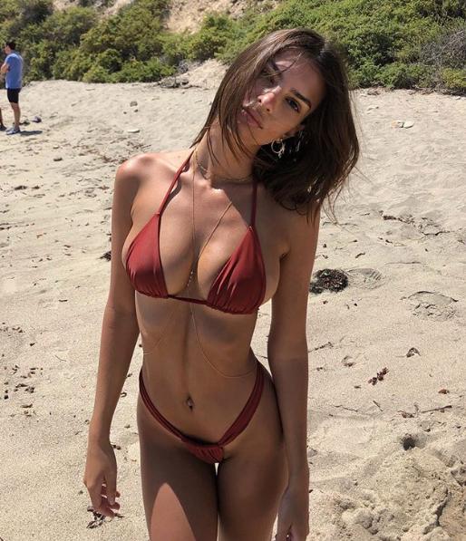 Эмили Ратаковски показала фото в мини-бикини