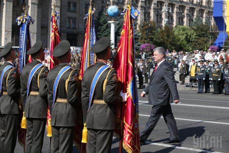 Напараде вКиеве вовремя речи Порошенко солдат потерял сознание