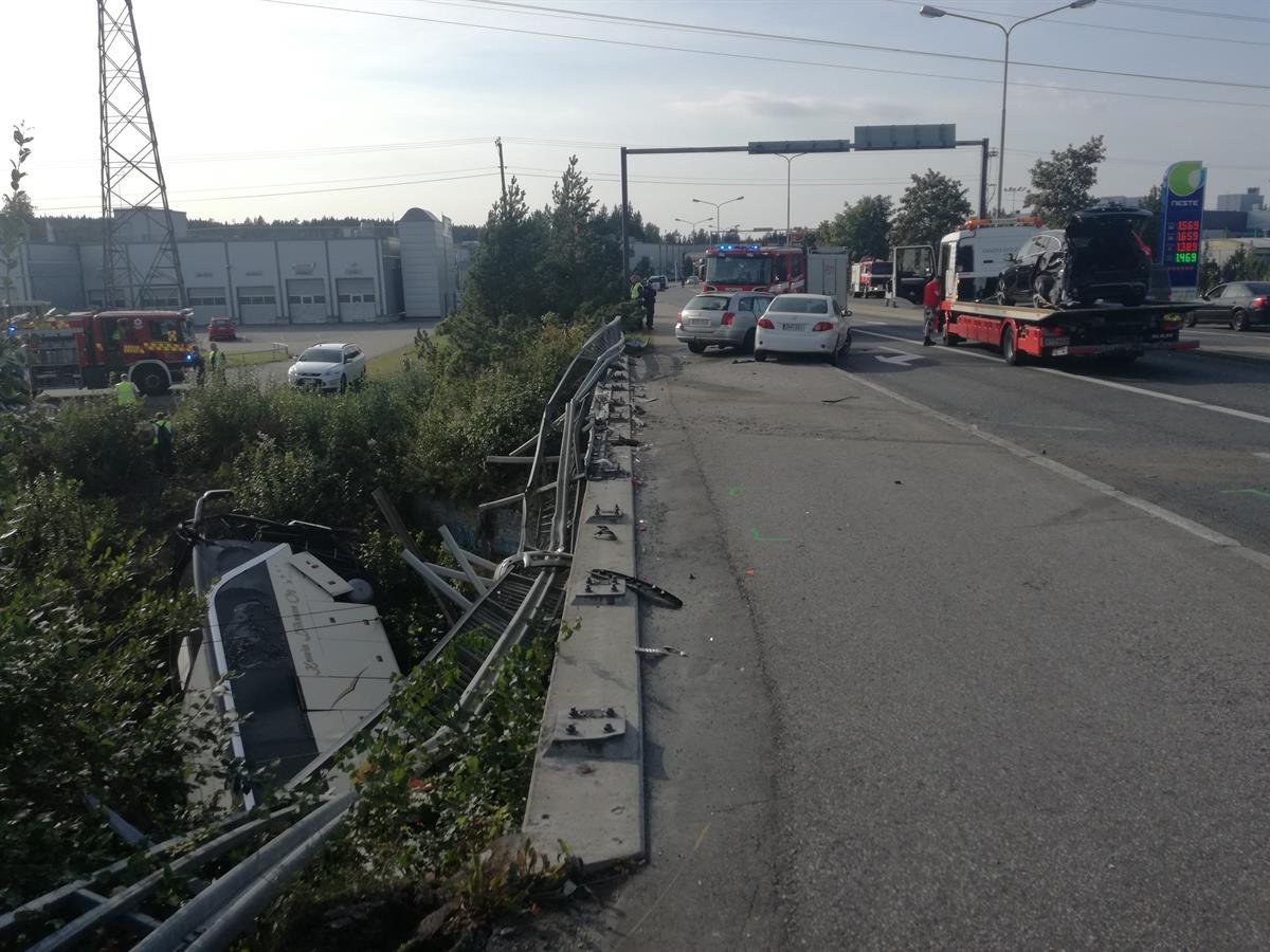 Автобус легко проломил заграждение и упал на бок