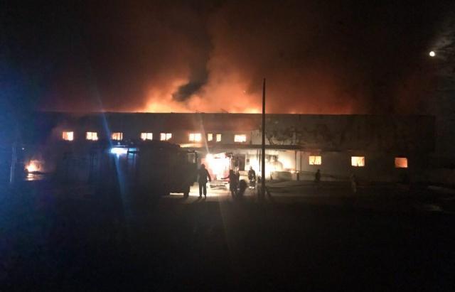 Пожар охватил по разным данным от 1000 до 2400 кв.м.