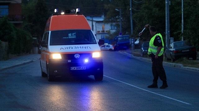 Скорые вывозят раненых пассажиров в ближайшие больницы