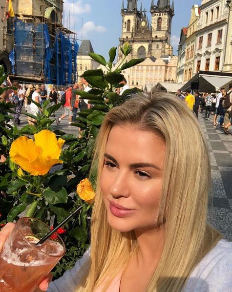 Анна Семенович показала фото из Праги
