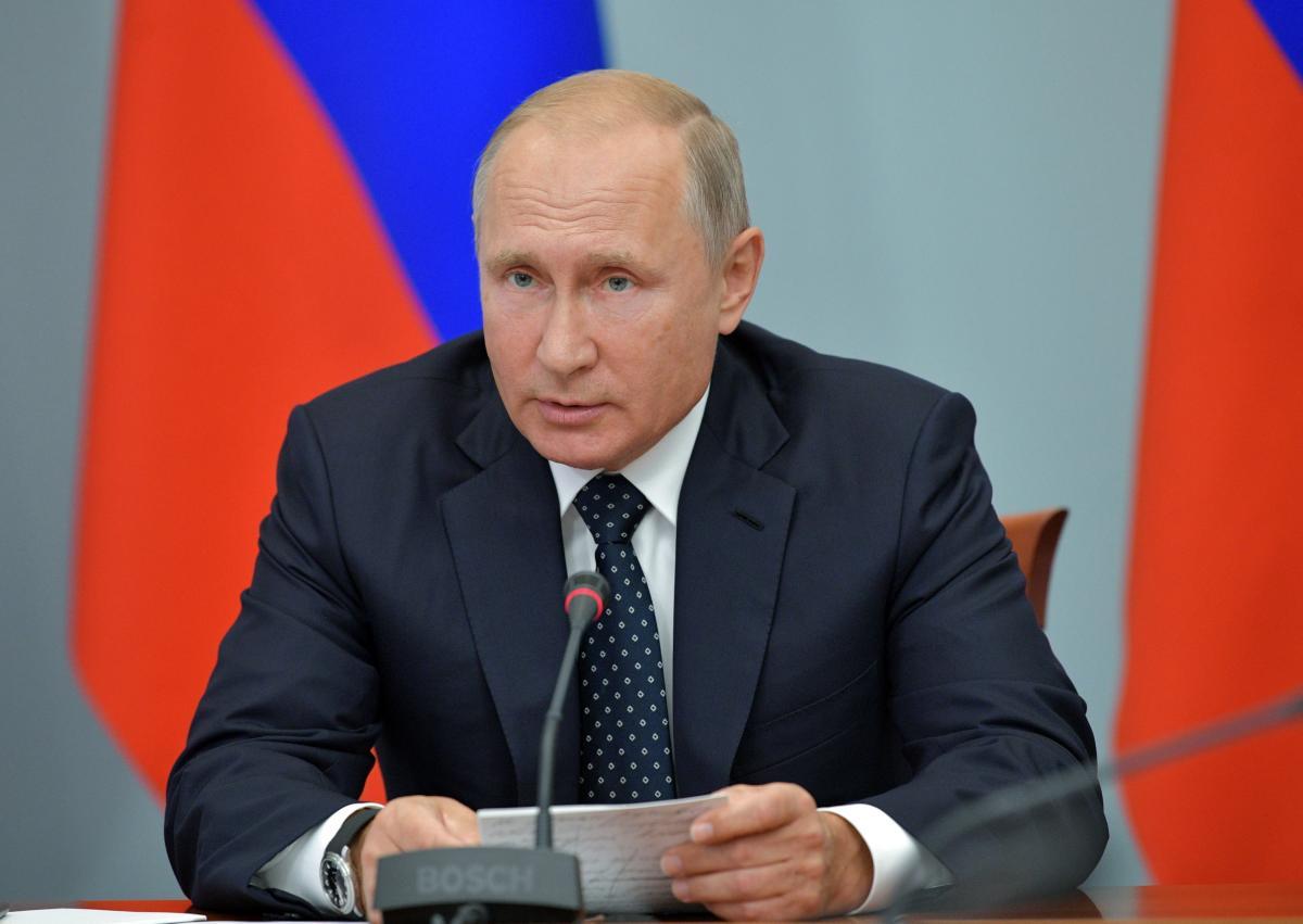 Социолог полагает, что в РФ развенчают культ личности Владимира Путина