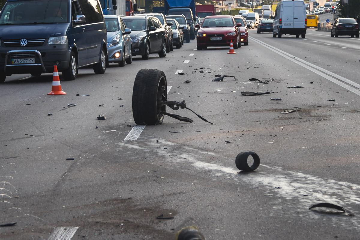 В Киеве из-за отпавшего колеса произошло тройное ДТП
