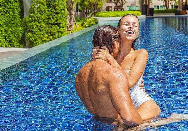 Пара в бассейне видео