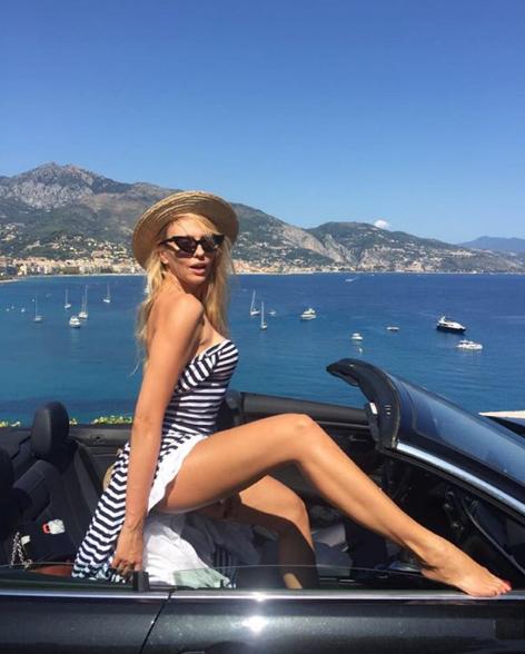 Оля Полякова покрасовалась в соблазнительной позе в кабриолете