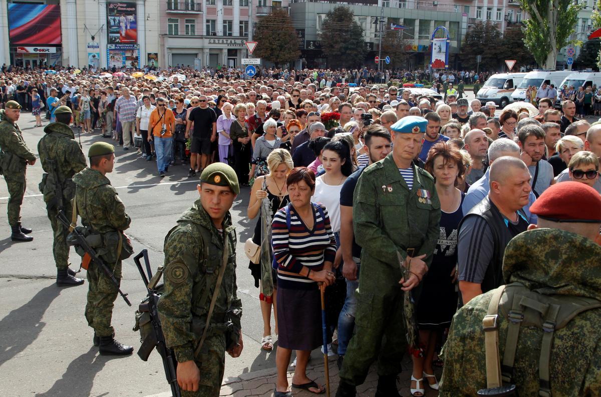 На похороны Александра Захарченко людей принудительно свозили автобусами, сообщил журналист