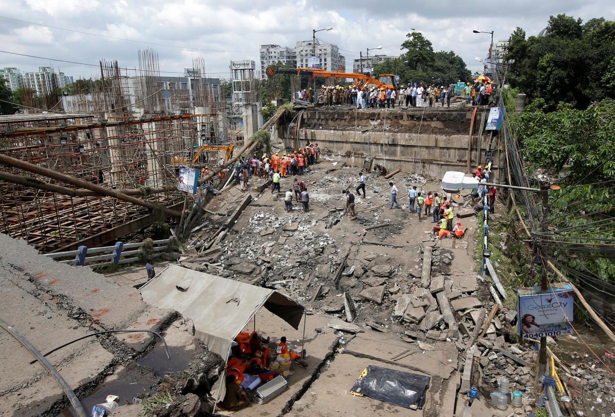 В Индии обрушился мост, есть жертвы и пострадавшие