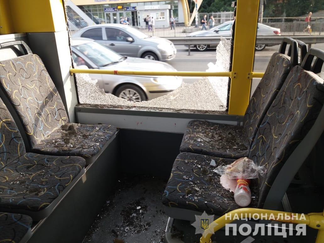 В Киеве в троллейбусе мужчина открыл огонь, обошлось без пострадавших