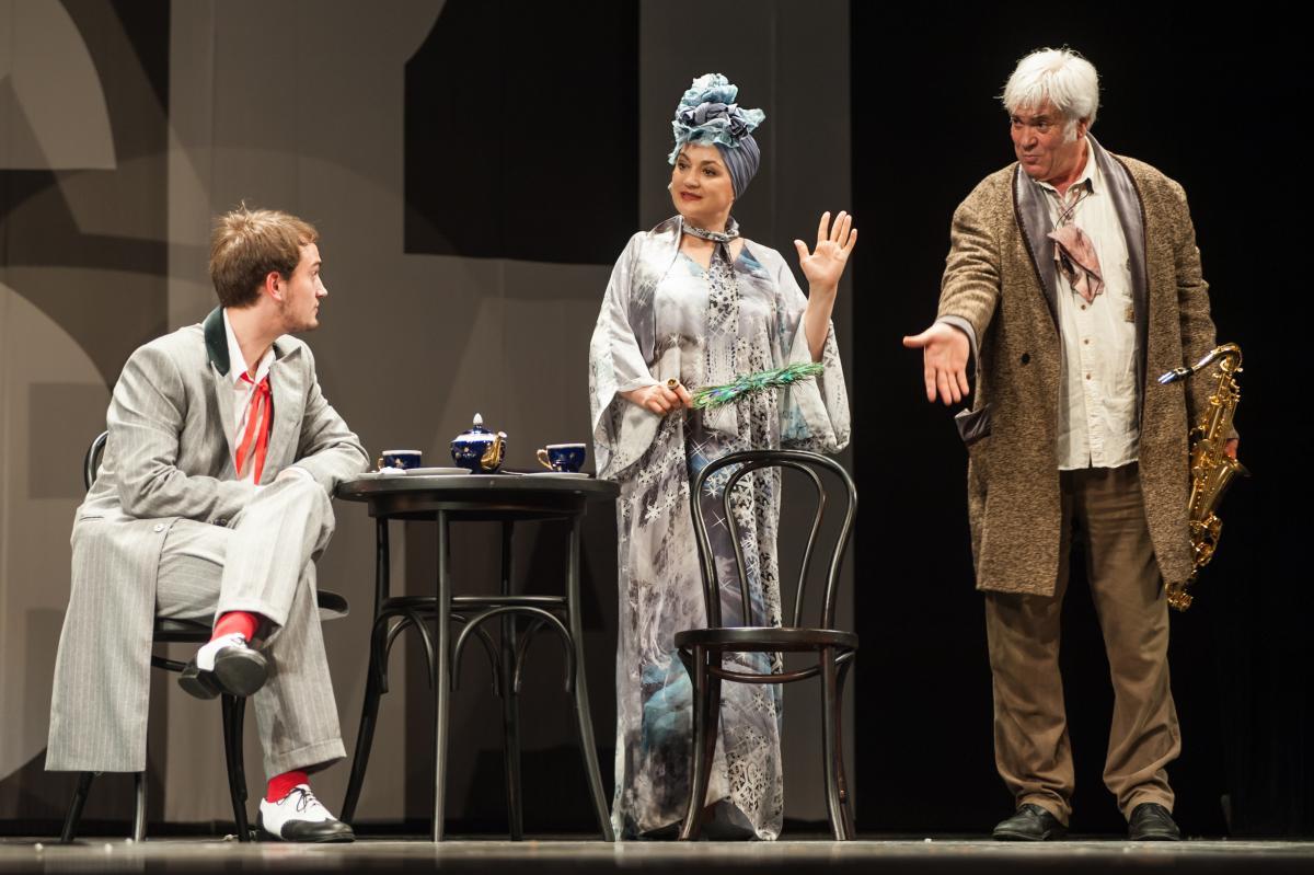 Наталя Сумська разом із чоловіком Анатолієм Хостікоєвим і сином на сцені Театру Франка у виставі