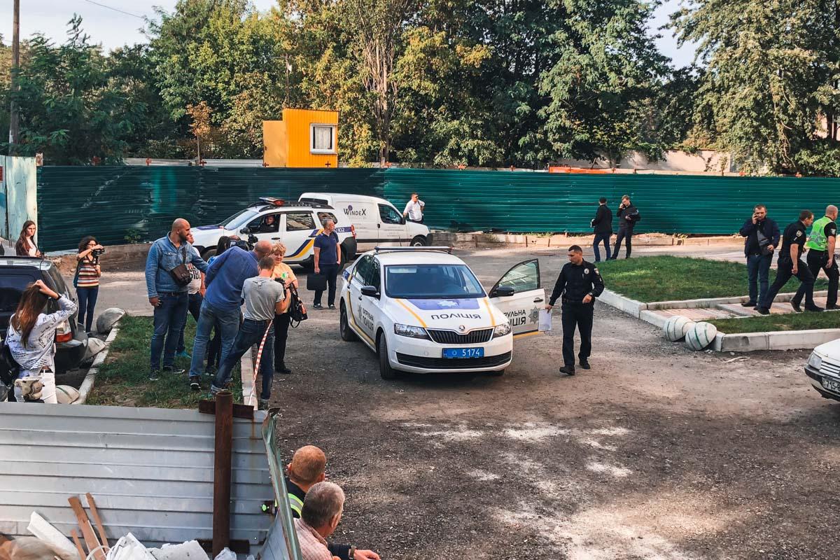 В Киеве металлическая конструкция упала с новостройки и убила женщину