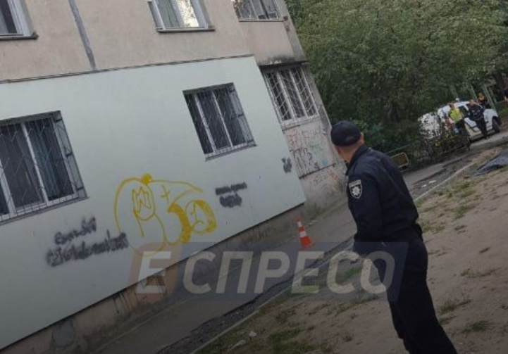 В Киеве девочка выпрыгнула из окна многоэтажки и погибла