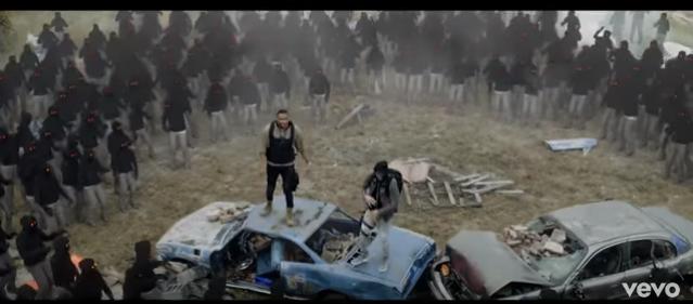 Рэперы встречаются с толпой человекообразных тварей, повторяющих их движения