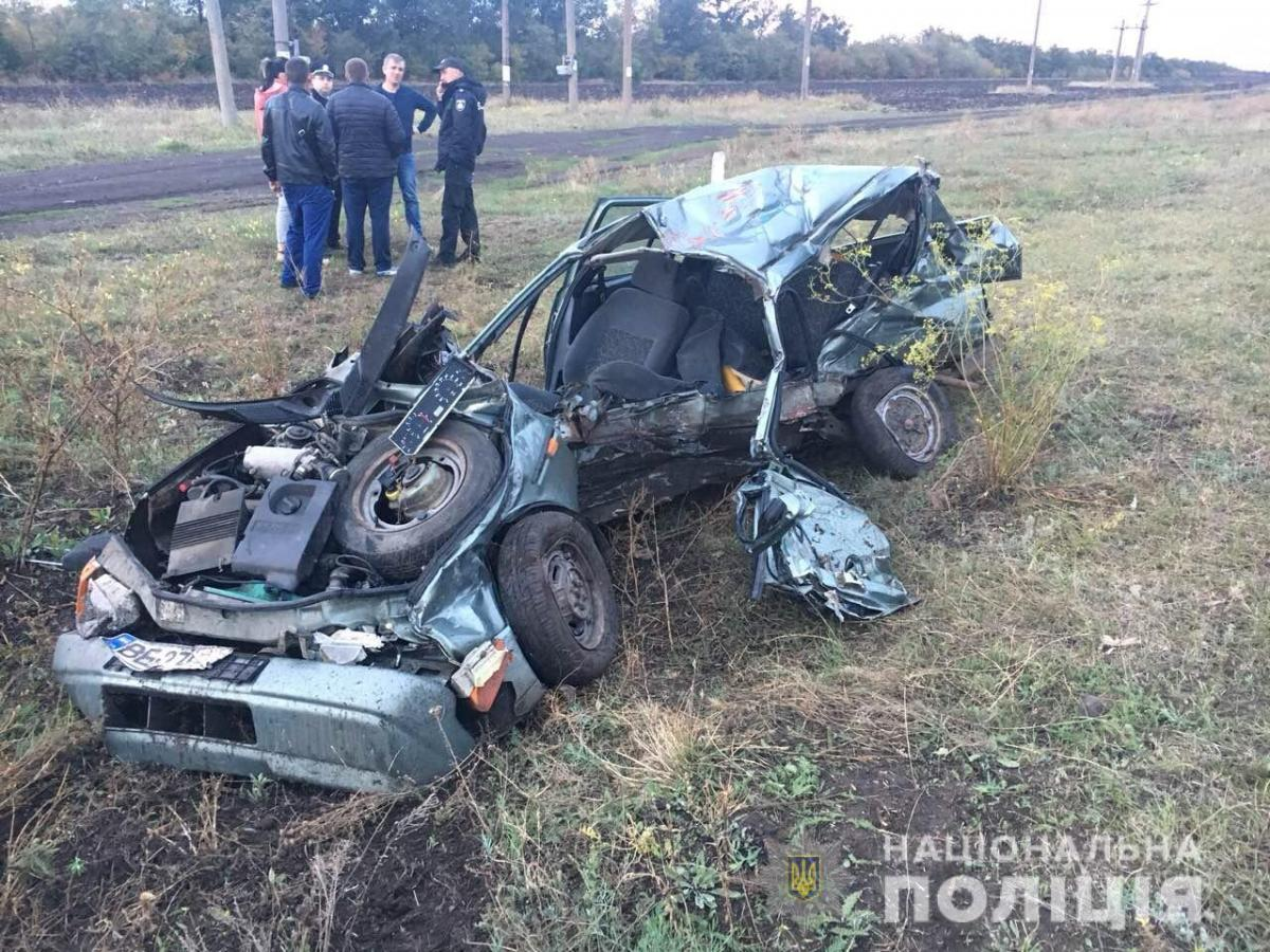 На Николаевщине поезд протаранил легковушку, две жертвы