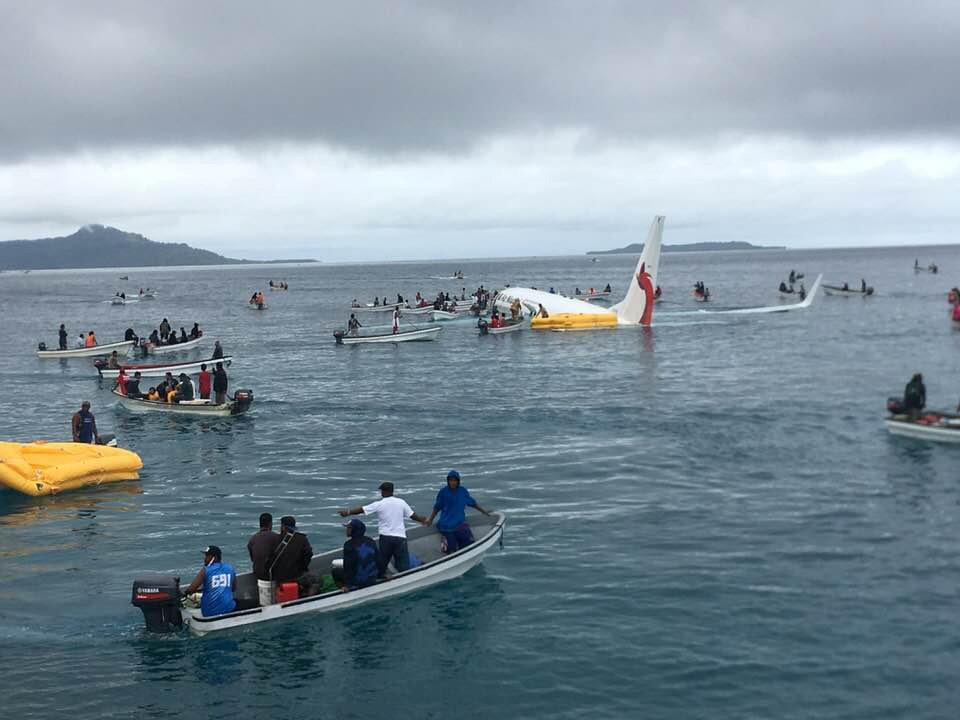 В Тихий океан врезался самолет и начал тонуть