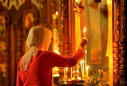 женщина епред иконой_храм_церковь_свеча_молитва_православие