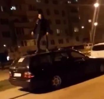 В Белогородке парень танцевал на припаркованной машине