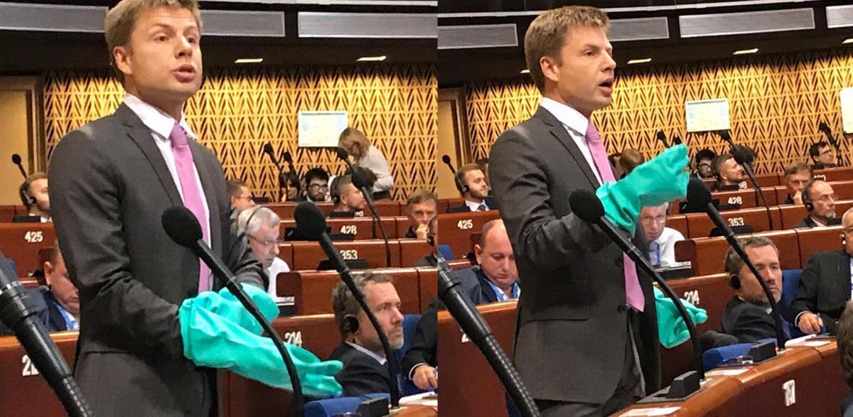Алексей Гончаренко в зеленых перчатках во время выступления в ПАСЕ
