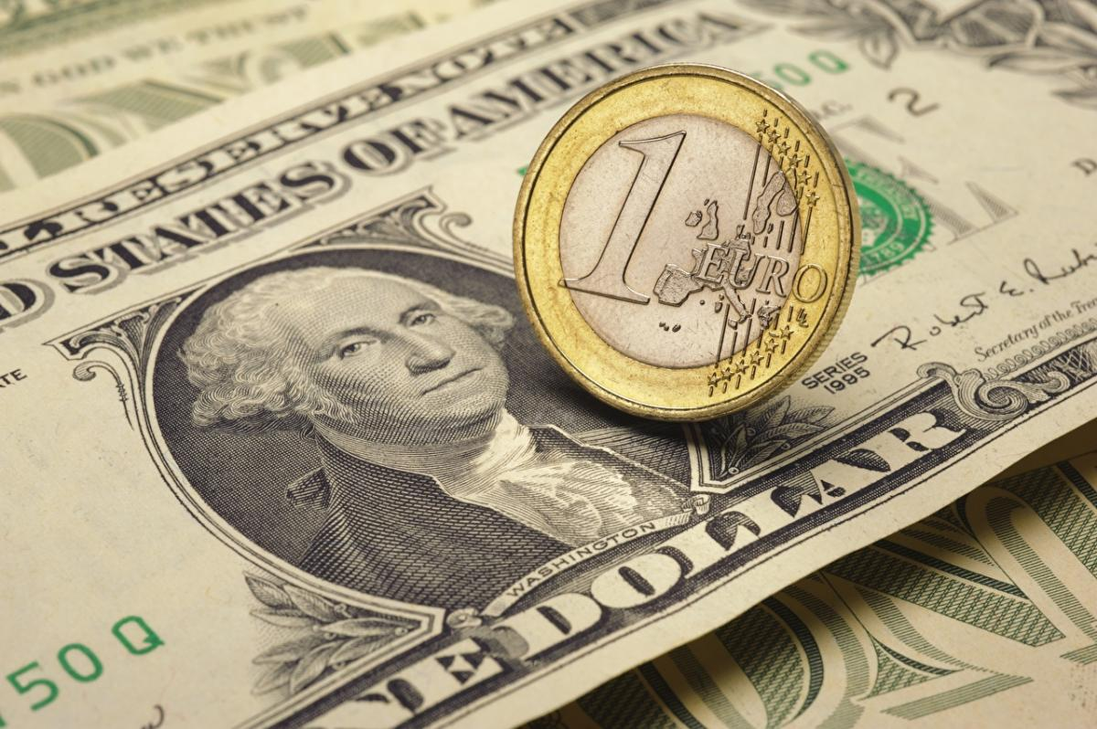 Нацбанк почти на 20 копеек укрепил курс гривны к доллару и евро