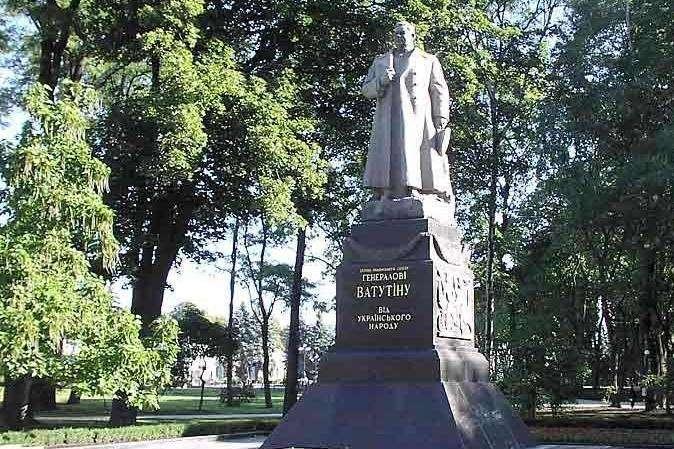 Памятник Ватутину, вокруг которого уже сломано немало копий